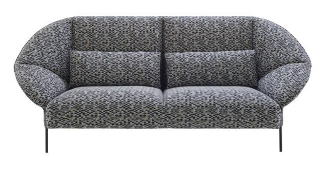 Paipai di Ligne Roset, designer Lucidi Pevere, è il divano tre posti dalle forme generose che lo rendono accogliente e confortevole; è formato da una serie di elementi che si compongono come in un origami. I sottili piedini sono realizzati in  acciaio laccato nero opaco. Misura L 225 x P 97 x H 83 cm. www.ligne-roset.com
