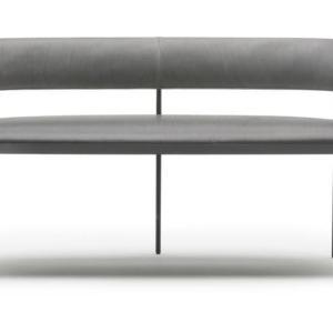 Era di Living Divani, design David Lopez Quincoces, è il divano due posti compatto, dall'aspetto vintage, reso elegante dalle linee sottili. La struttura verniciata canna di fucile regge la fascia poggiaschiena e la seduta imbottita, rivestita in pelle o in tessuto. www.livingdivani.it