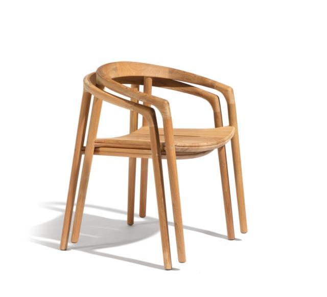 Solid di Manutti, design Lionel Doyen, è la sedia interamente realizzata in massello di teak nelle finitura naturale o patina nera; sui sedili sono presenti due scanalature che facilitano il flusso dell'acqua. É facilmente impilabile per un facile stoccaggio, inoltre può essere corredata di cuscini in velcro coordinati. Misura L 57 x P 53 x H 75 cm. www.manutti.com