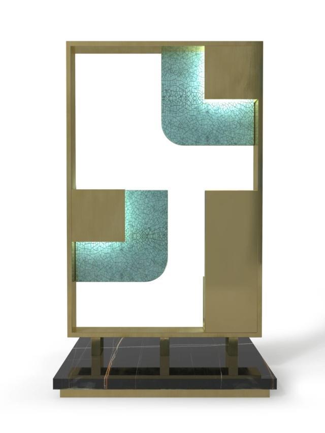 Sunset della Linea La Récréation di Marioni, design Piero Angelo Orecchioni, è la lampada di grandi dimensioni con la struttura in ottone spazzolato impreziosita da inserti in ceramica smaltata craquelet celadon retroilluminati da pannelli Oled. La base è realizzata in marmo Sahara Noir. Misura L 41 x P 25 x H 70 cm. www.marioni.it