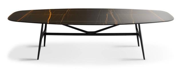 Gaudì di MisuraEmme, design Ferruccio Laviani, è il tavolo personalizzabile che ha il piano sagomato semiovale realizzato in pregiato marmo Sahara Noir caratterizzato dalle eleganti venature bianco-oro. La struttura di sostegno è in legno massello. www.misuraemme.it