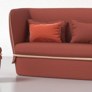 Chemise Sofa e Pouf di My Home Collection, design Studio li-do, è un divanetto due posti con il pouf coordinato caratterizzato dalle linee morbide; la struttura in tubolare di metallo avvolge le forme generose. www.myhomecollection.it
