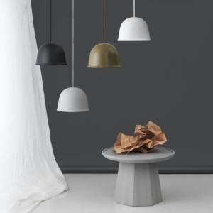 Local di Normann Copenhagen, design di Jonas Wagell, è la lampada a sospensione con il paralume in acciaio disponibile in cinque colori; è sospesa per mezzo di un sottile filo metallico. Può essere utilizzata singolarmente o in gruppo. Misura Ø 28 x H 19 cm. www.normann-copenhagen.com