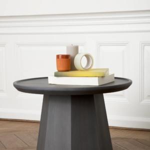 Pine di Normann Copenhagen, design Simon Legald, è il tavolino dal design nordico interamente realizzato in legno di pino massiccio nella finitura grigio con una verniciatura opaca protettiva. La forma scultorea, la base ottagonale, il piano arrotondato e le venature vivaci gli danno un aspetto piacevolmente organico. Misura Ø 45 x H 40,5 cm e Ø 64 x H 44,5 cm. www.normann-copenhagen.com