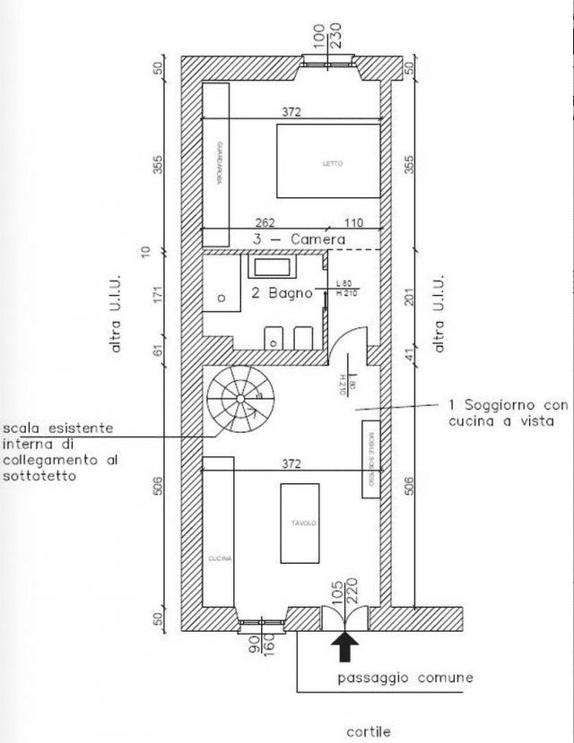 Una mansarda con scala elicoidale e pavimento in for Scale in pianta