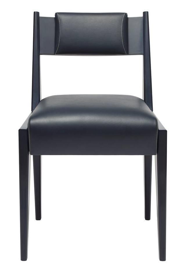 Iris di Promemoria, design Romeo Sozzi, è la sedia con la struttura in faggio tinto blu; la seduta e lo schienale sono rivestiti in pregiata pelle blu. Lo schienale è dotato di un'imbottitura aggiuntiva. Misura L 48 x P 53 x H 80 cm. www.promemoria.com