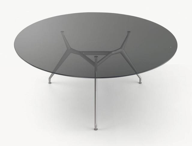 Manta di Rimadesio, design Giuseppe Bavuso, è il tavolo rotondo che ha il piano di grandi dimensioni realizzato in vetro trasparente fumé che permette di visualizzare la sottile struttura portante in alluminio brillantato. Misura Ø 160/180 x H 74 cm. www.rimadesio.it