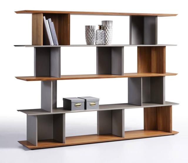 Libera di Ronda Design, design Gino Carollo, è la libreria componibile magnetica bifacciale; è realizzata in legno e metallo verniciato. Gli elementi si fissano tra loro attraverso un sistema magnetico che permette la massima libertà compositiva. É priva di schienale e consente alla luce di filtrare.  www.rondadesign.it