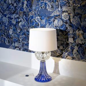 """Royal di Saint Louis è la lampada da tavolo che """"reinterpreta"""" lo stile classico; è realizzata nei toni del blu intenso e crea giochi di luce. Misura ø 30 x H 61 cm. www.saint-louis.com"""