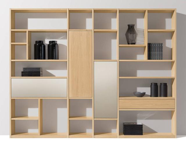 Cubus di Team7 è la libreria in rovere a olio bianco che ha i vani chiusi da ante in vetro nel nuovo colore pearl, caldo e luminoso, che armonizza perfettamente con le venature del legno.  www.team7.it