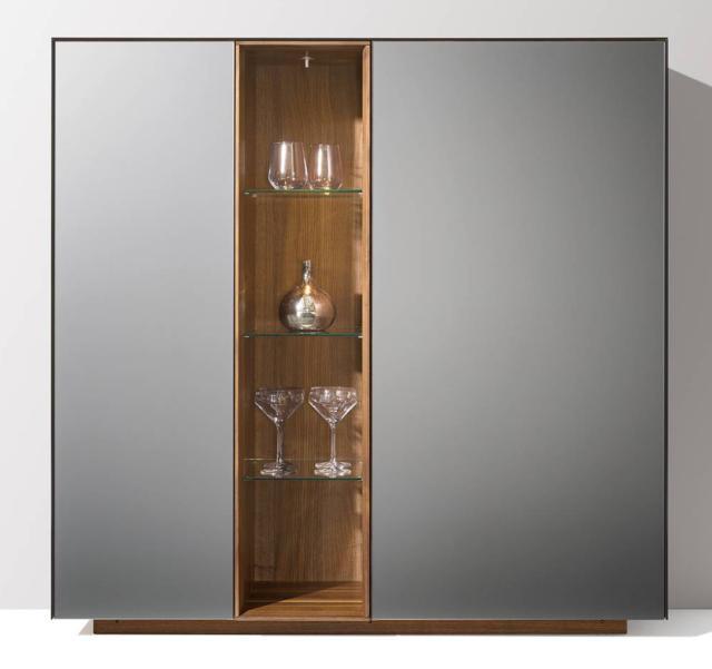 Cubus di Team7 è la madia in legno che ha le grandi ante realizzate in vetro nel nuovo colore acciaio caratterizzato da riflessi opachi; la struttura è in legno di noce. www.team7.it