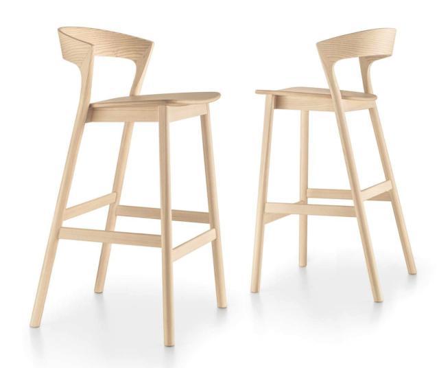 Edith di Trabà, design Massimo Broglio, è lo sgabello in faggio o frassino caratterizzato dalle alte gambe a sezione circolare che si assottigliano fino alle estremità. Lo schienale si abbassa e il sedile si curva leggermente. Lo stile nordico lo rende sobrio e elegante. Misura L 50 x P 55 x H 99 cm. www.traba.it