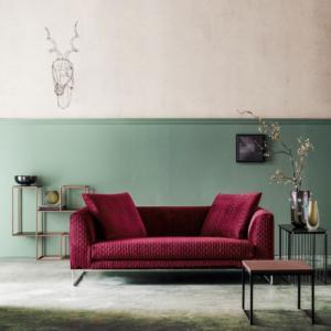 """""""èS"""" di TwilsLongue, design R&D Twils, è il divano tre posti dal design contemporaneo e dalle dimensioni contenute. Il rivestimento trapuntato lo rende soffice e accogliente; è disponibile in tre varianti di colore: bordeaux, ottanio e beige. Misura L 206 x P 95 x H 90 cm. www.twils.it"""