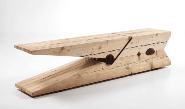 Panca Pinça di COOLWOOD, azienda sostenibile catalana che produce mobili in legno riciclato proveniente dal recupero di vecchio legname; è una Ecolabel impegnata anche nella riforestazione con alberi che non saranno impiegati per fini commerciali.