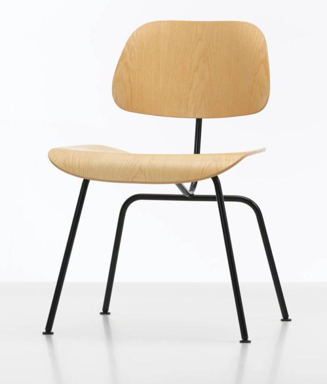 Plywood Group di Vitra, design Charles & Ray Eames, è la sedia, ideata nel 1945, oggi disponibile nella versione con la scocca in legno di frassino naturale o noce pigmentato scuro. La forma compatta e la scocca modellata seguono le forme del corpo e garantiscono il massimo comfort. Il basamento è in metallo verniciato a polvere. www.vitra.com