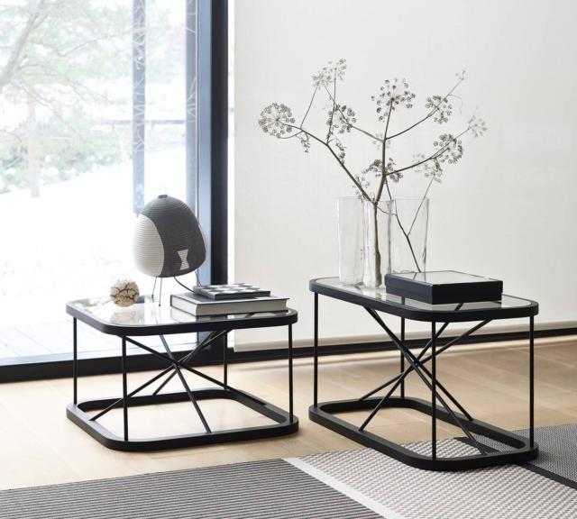 Twiggy di Woodnotes, design Raffaella Mangiarotti e Ilkka Suppanen, è il tavolino con il piano in vetro temperato trasparente che rende visibile l'esile struttura formata da bastoncini a sezione rotonda in rovere verniciato nero. É disponibile in tre altezze diverse e con i piani di forme differenti. Misura L 44 x P 44 x H 45,5 cm, L 66,5 x P 66,5 x H 38,5 cm, L 44 x P 88 x H 45,5 cm. www.woodnotes.fi