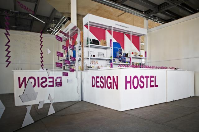 Ingresso reception del Design Hostel: un inedito ostello ibrido, a metà tra il concetto di casa temporanea e quello di fabbrica abitabile
