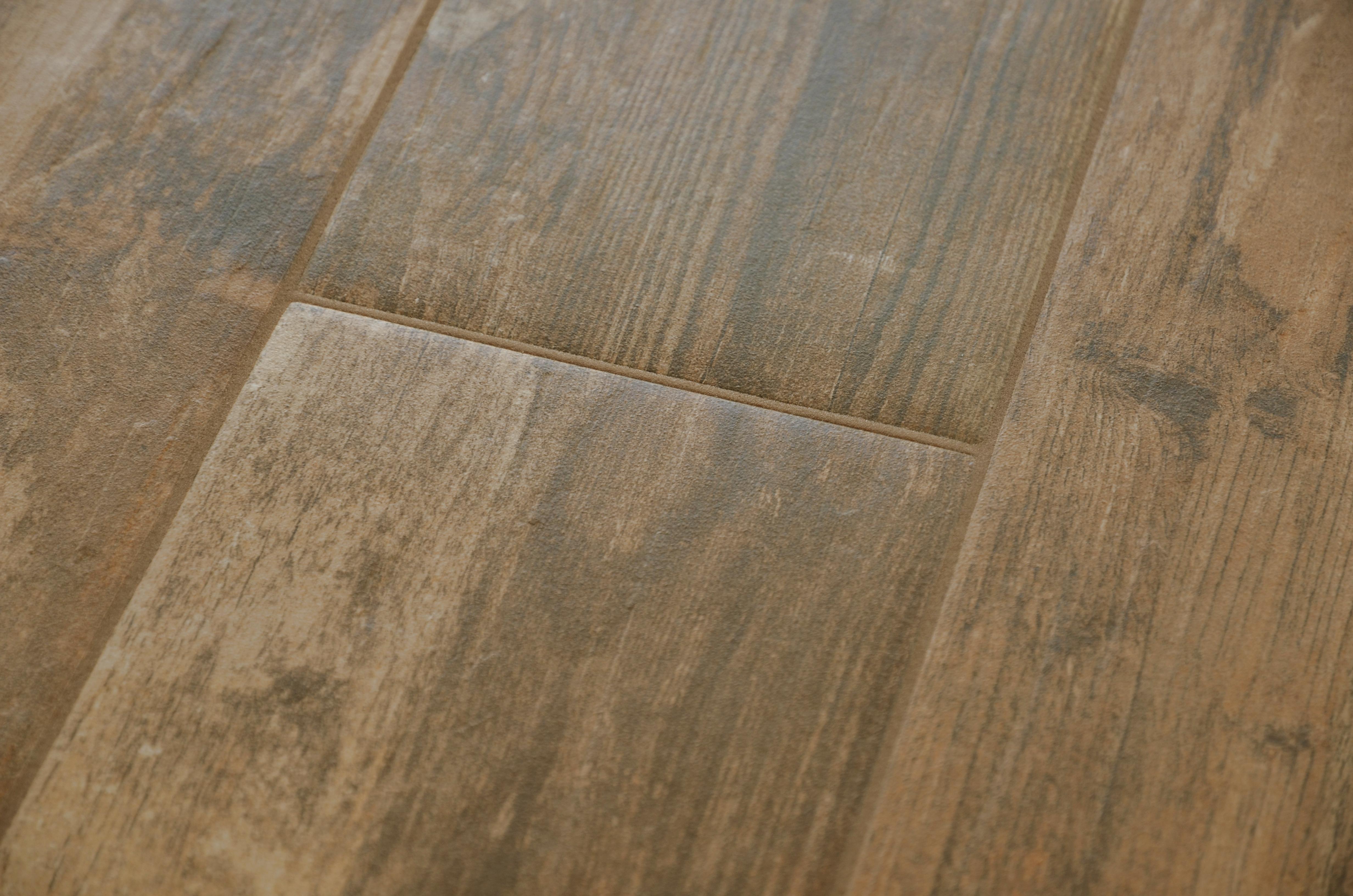 Fughe delle piastrelle uniformi al pavimento e di colore stabile