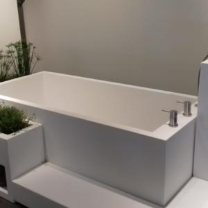 Equa: elemento freestanding con vasca-lavabo-fioreriera in Diwostar® della collezione Via del Campo