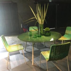 Fuorisalone 2018, tavolo e sedie ispirazione anni Cinquanta.