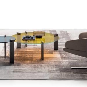 Aulos di Ditre Italia, design Stefano Spessotto, è il nuovo tavolino basso che è caratterizzato dal piano in vetro trasparente, da scegliere fra cinque varianti di colore inusuali, sostenuto da una struttura metallica dal design essenziale. Le gambe distribuite in modo asimmetrico si trasformano in un elemento decorativo. É disponibile in due altezze e in due formati. www.ditreitalia.it