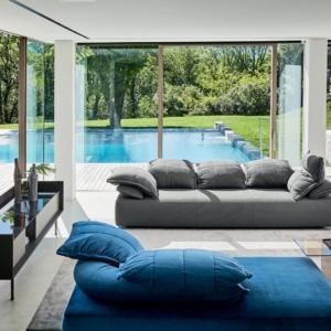 Flick-Flack di Ditre Italia, design Anna von Schewen, è il divano semicomponibile che assomiglia ad un grande nido accogliente: è formato da un cuscino appoggiato su un altro cuscino e trasforma il guanciale in una parte strutturale. É presente un meccanismo silenzioso che permette di alzare tutti i cuscini per un relax completo. www.ditreitalia.com