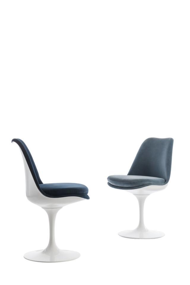 Tulip Chair della collezione Pedestal di Knoll International, design Eero Saarinen,  la prima sedia al mondo con una gamba sola è presentata nella versione completamente rivestita. La base scultorea è in alluminio protetta con Rilsan bianco o nero; la seduta in fiberglass rinforzata stampata e laccata è disponibile nei colori bianco o nero. Questa seduta del 1958 è ormai un classico del design. www.knoll.com