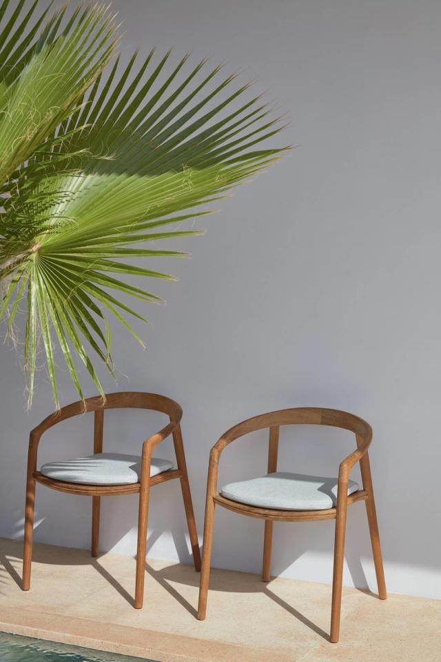 olid di Manutti, design  Lionel Doyen, è la sedia interamente realizzata in teak massiccio, un legno robusto e resistente, con tecniche che si rifanno all'ebanisteria tradizionale oggi proposta nella nuova finitura spazzolata. Lo schienale, unito alle gambe e ai braccioli, ha una forma avvolgente; la seduta è provvista di due fessure centrali che agevolano lo scolo dell'acqua e il fissaggio di un cuscino a clip. Inoltre è impilabile. www.manutti.com