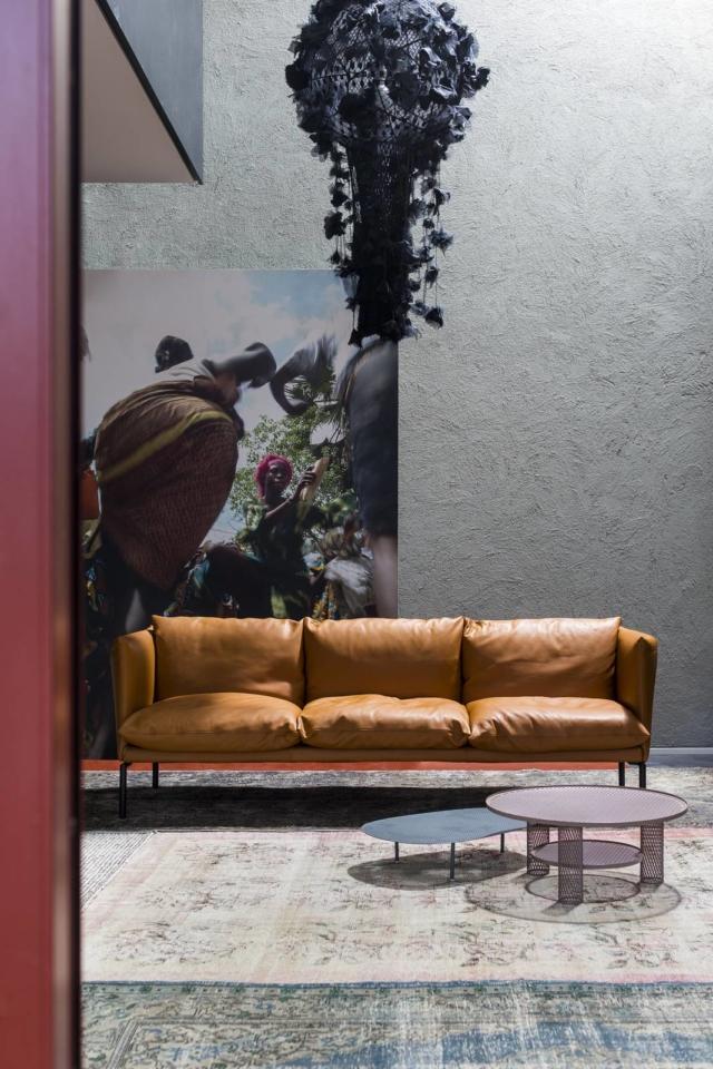 Gentry Extra Light di Moroso, design Patricia Urquiola, è il divano riproposto in una versione più leggera e ridimensionata che lo rende compatto e facile da ambientare. Ha una linea rigorosa e una serie di cuscini indipendenti, imbottiti in piuma d'oca, che rendono confortevoli qualsiasi posizione. É rivestito in morbida pelle in una calda tonalità di marrone e i piedi a ponte sono in tubo di acciaio cromato o verniciato a polveri. www.moroso.it