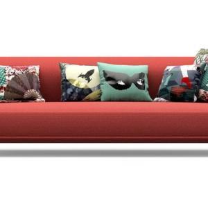 """Montgolfière di Roche Bobois, design Marcel Wanders, è il nuovo divano quattro posti dalla forma leggera e dai braccioli sagomati """"a mongolfiera"""" che è reso confortevole dai cuscini decorativi ricoperti in tessuto La Parisienne. É rivestito in tessuto rosso tinta unita e i piedini evocativi sono realizzati in acciaio opaco. Misura L 285 x P 115 x H 75 cm.  www.roche-bobois.com"""
