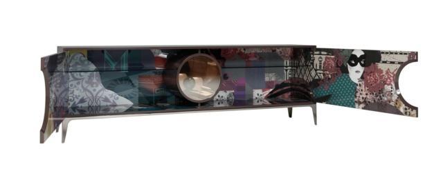 Credenza Wonder Buffet di Roche Bobois,  design Marcel Wanders, è la nuova madia con due ante in Mdf con una finitura laccata lucida all'esterno e l'interno stampato con l'esclusivo motivo Arras che la rende scenografica. La vetrina è dotata di illuminazione integrata, la base è in acciaio spazzolato. Misura L 230 x P 50 x H 76 cm. www.roche-bobois.com