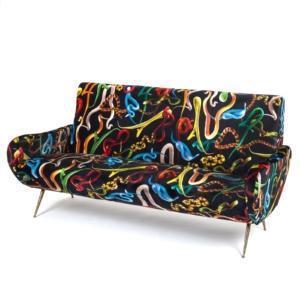 Sofa Snakes della collezione Seletti wears Toiletpaper è il nuovo divano tre posti con una forma morbida che si rifà ai modelli degli anni Cinquanta, ma ha un rivestimento originale realizzato in tessuto con un pattern surreale e scenografico. I piedini sono in ottone. www.seletti.it