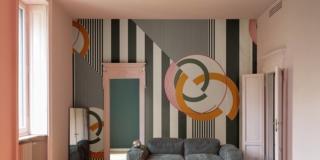 Si ispira all'Art Déco Cherry Bomb di Wall & Decò (www.wallanddeco.com), in vinile con il retro in tnt. Anche su misura, costa 110 euro al mq.