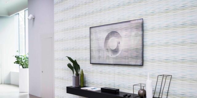 La tv… come la parete: il total look con la tappezzeria