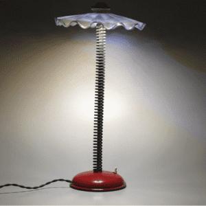 Spring Light, lampada da tavolo in vetro raffinato recuperato da un'antica lampada, molla di una forcella da moto e ferro verniciato