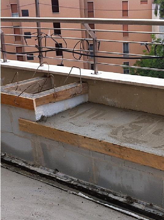 I muretti di contenimento sono realizzati con blocchi di gasbeton, spessore 8 cm. La seduta è fatta con tavelle.