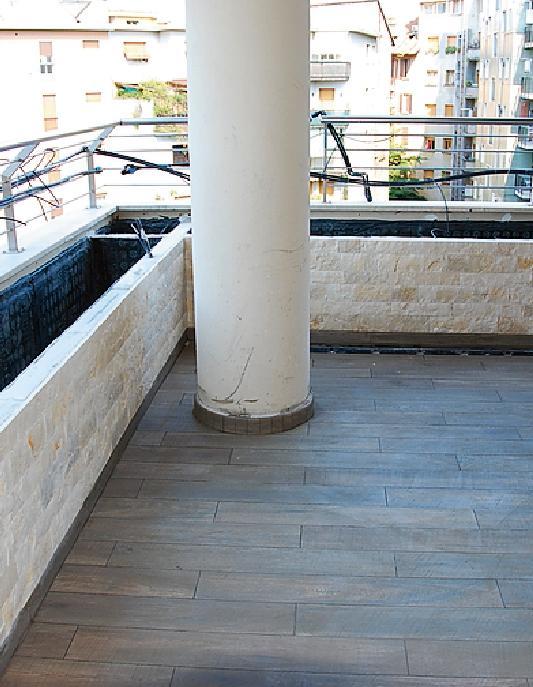 La posa delle finiture: prima il rivestimento della struttura; poi il pavimento. Infine, lo zoccolino in ceramica.