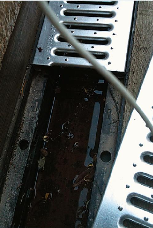 Lo scarico A terra, nuove griglie orizzontali sono collegate alle pilette esistenti con tubi nascosti nel pavimento.