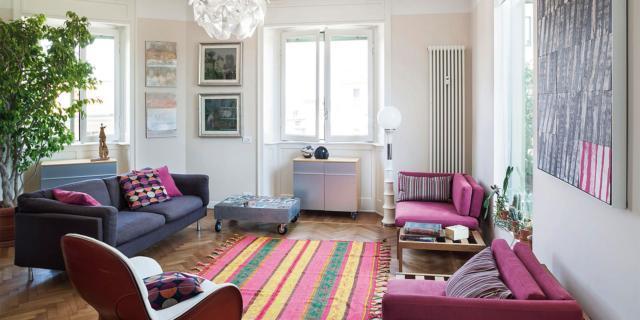 Una casa con tanto colore. Dal rosa al rosso, passando per il blu-grigio