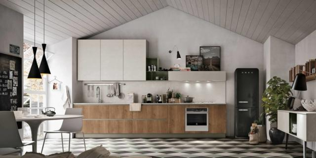La cucina con il frigorifero freestanding. Un evergreen