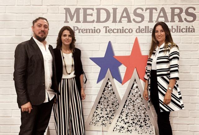 Nella foto, un momento della premiazione del Premio Mediastars 2018 con, da sinistra a destra, Davide Musizzano Art Director di Brandsider, Ilaria Ferrero Direttore Generale di FerreroLegno e Denise Lupani Direttore clienti di Brandsider.