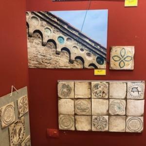 Mattonelle delle serie Bacini Ceramiche, ispirati ai decori della chiese pisane di S.Sisto e S.Piero. In esposizione presso lo showroom di Maro Cristiani a Ghezzano (Pi)