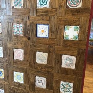 Le mattonelle della serie Bacini Ceramici con motivi geometrici si ispirano agli intarsi di marmo della torre pendente di Pisa e della cattedrale. In esposizione presso lo showroom di Maro Cristiani a Ghezzano (Pi)
