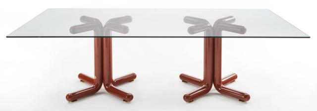 Con doppio basamento, il tavolo Tondo diventa rettangolare, come in foto, od ovale.
