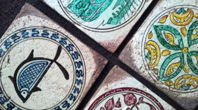 Tarsie 15x15cm decorate a mano e ispirate ai bacini ceramici, antichissimi intarsi in ceramica incastonati nelle mura delle chiese pisane (prezzo 19,90 euro al pezzo)