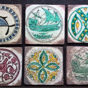 Tarsie formato 15x15cm decorate a mano e ispirate ai bacini ceramici, antichissimi intarsi in ceramica incastonati nelle mura delle chiese pisane