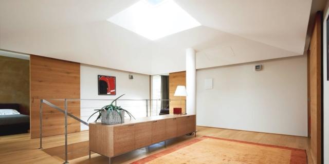 Una casa con tante luce. Proveniente dalle pareti vetrate e dalla finestra sul tetto