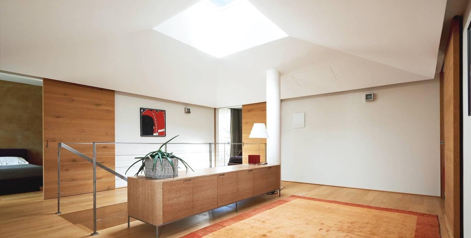 Una casa con tanta luce proveniente dalle pareti vetrate e dalla finestra sul tetto cose di casa - Finestra sul tetto ...