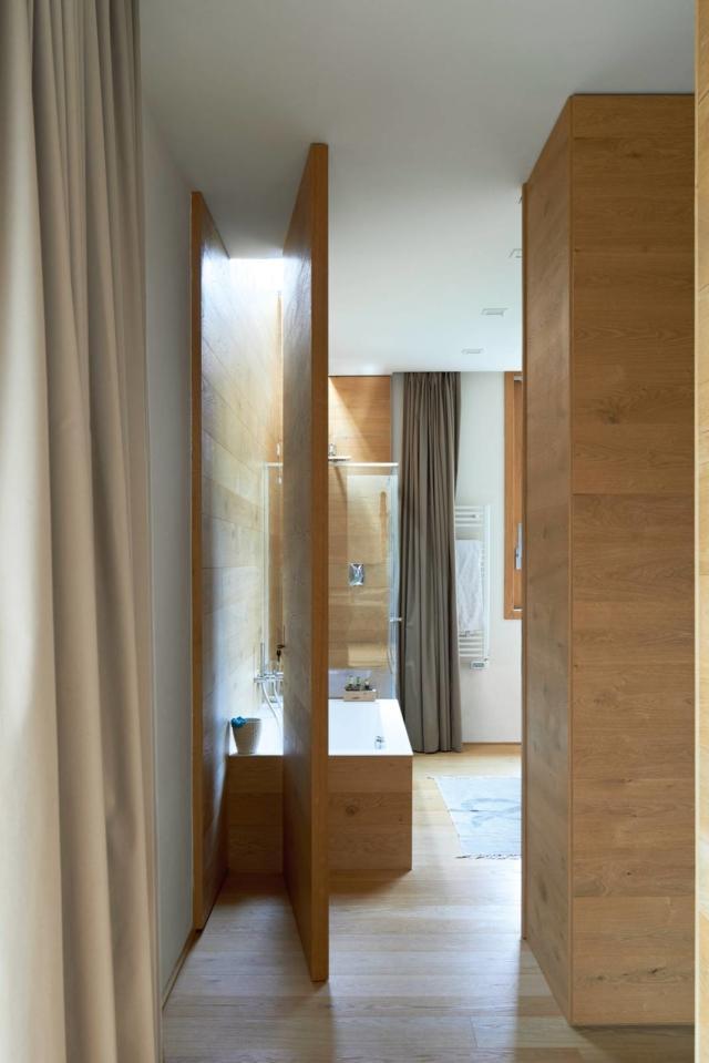 porta rototraslante tra soggiorno e bagno con vasca