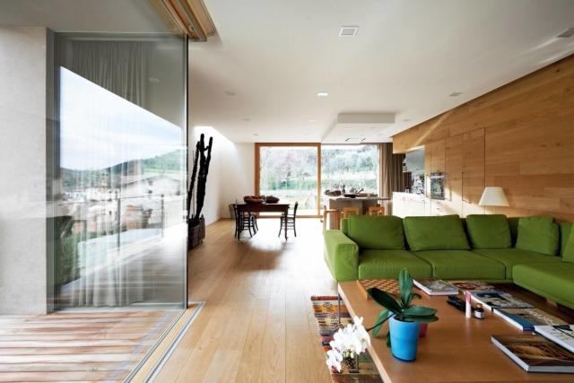 soggiorno e cucina open space con tanta luce dalle vetrate